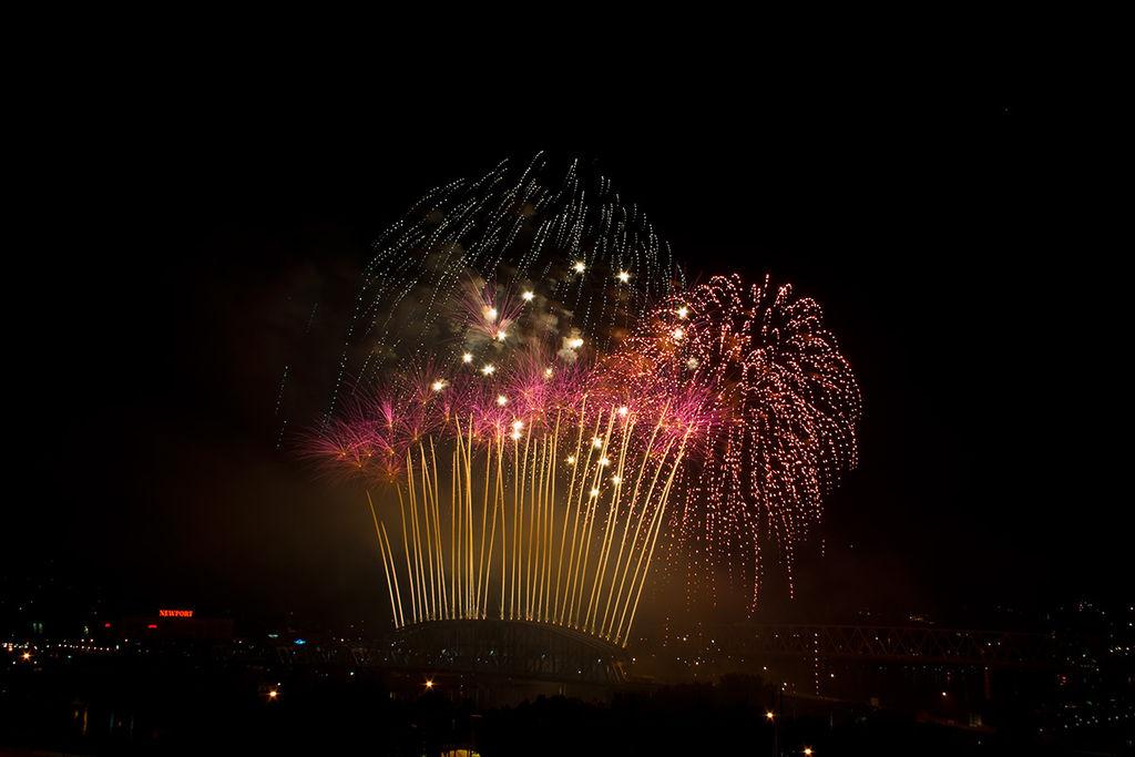 1024px-Cincinnati_labor_day_fireworks_2007_001