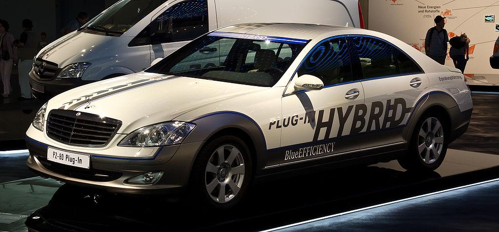 1024px-Mercedes-Benz_Vision_S_500_Plug-in_HYBRID_(W_221)_–_Frontansicht,_7._August_2012,_Stuttgart