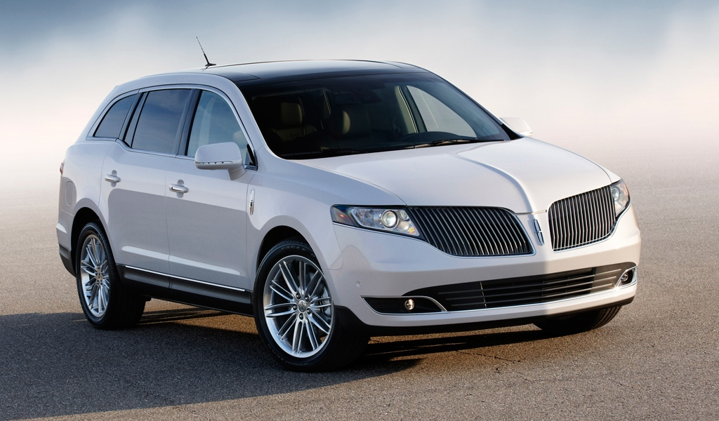 2014 Lincoln MKT Hero Shot