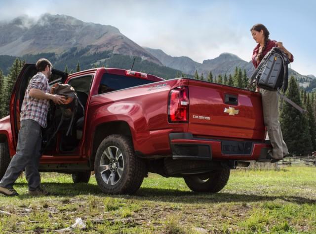2015-Chevrolet-ColoradoZ71-017-medium