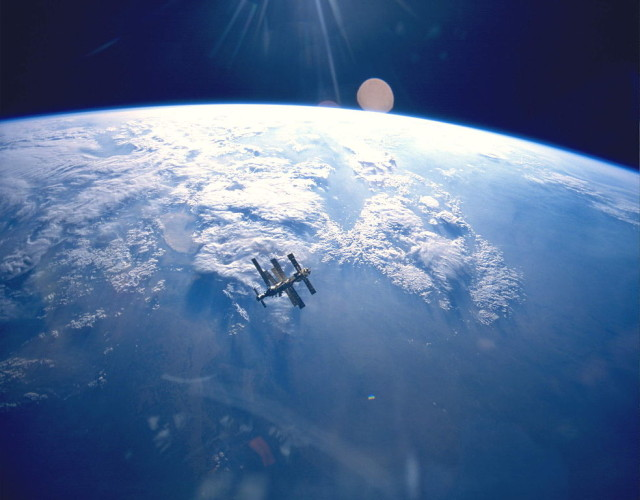 Source: http://commons.wikimedia.org/wiki/File:Earth_%26_Mir_(STS-71).jpg
