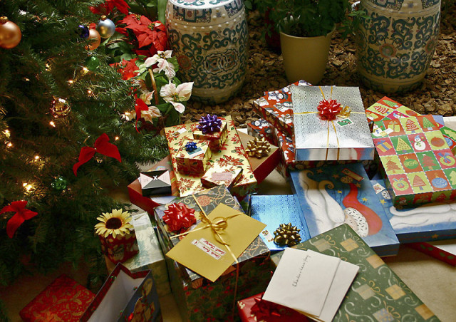 Source: http://commons.wikimedia.org/wiki/File:Gifts_xmas.jpg