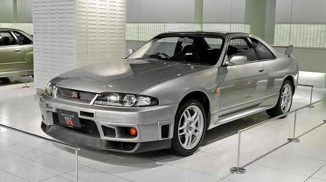 1024px-Nissan_Skyline_R33_GT-R_001