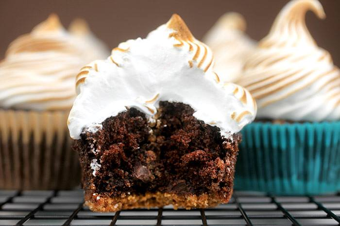 Bake Gourmet Cupcakes: 8 Recipes from Famous Bakeries