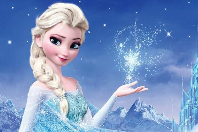 Elsa conjure a snowflake with her hand in Frozen