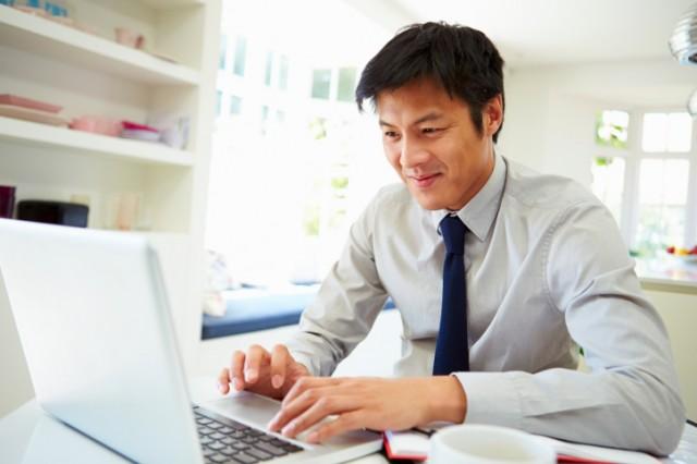 Man typing con computer