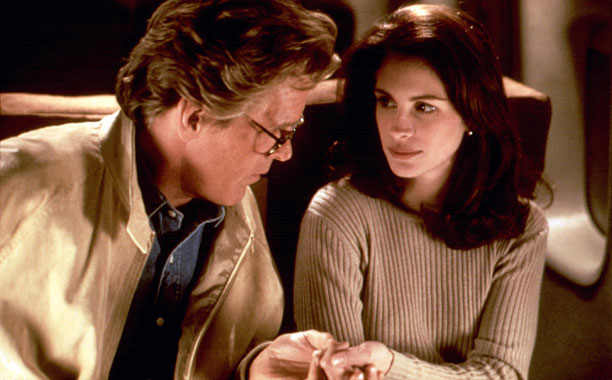 Nick Nolte and Julia Roberts hold hands in I Love Trouble