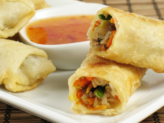 egg rolls with dipping sauce