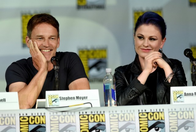 Anna Paquin and Stephen Moyer are sitting next to each other on a panel.