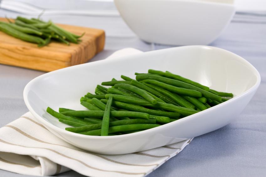green beans in white bowl