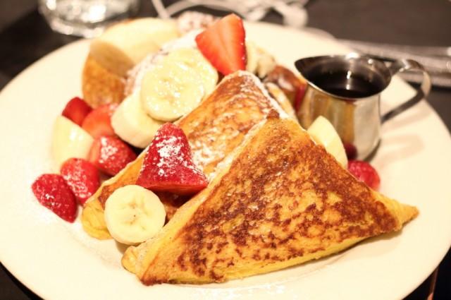 French toast, bananas, strawberries