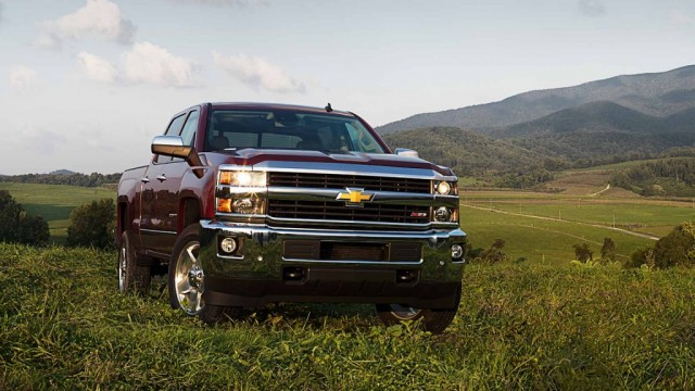 heavy duty goes head to head comparing the top hd pickup trucks. Black Bedroom Furniture Sets. Home Design Ideas