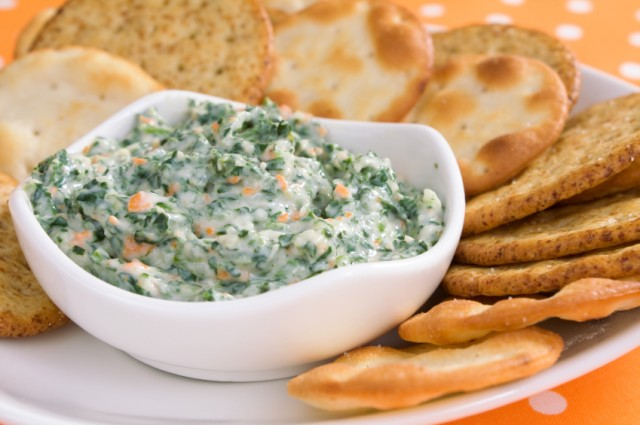 spinach dip with crackers for dipping