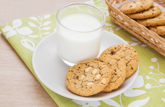 White chocolate chip cookie, milk