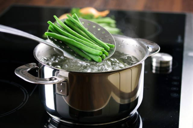green beans in pot of water
