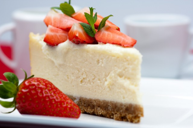Cheesecake, strawberries