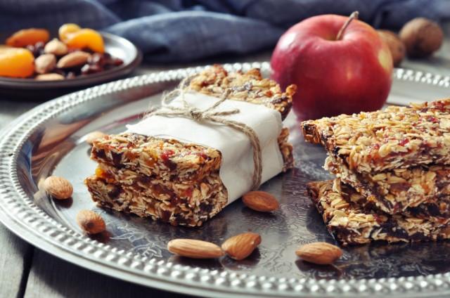 Granola bars, apple