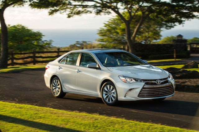 2015_Toyota_Camry_XLE_008