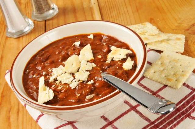 Chili, Saltine crackers