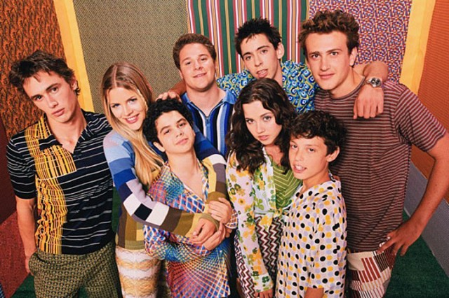 The cast of Freaks and Geeks is huddled together.