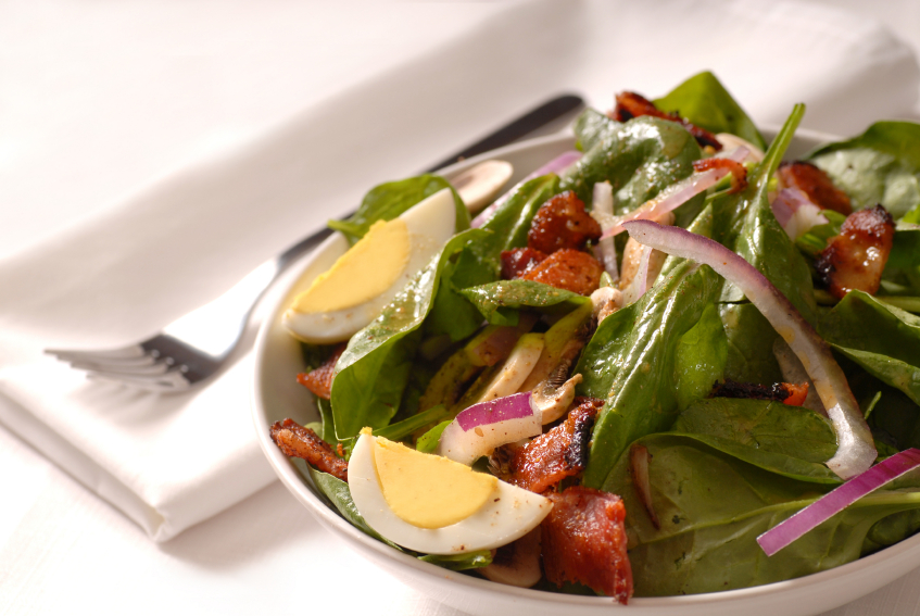 Spinach salad with bacon and onions