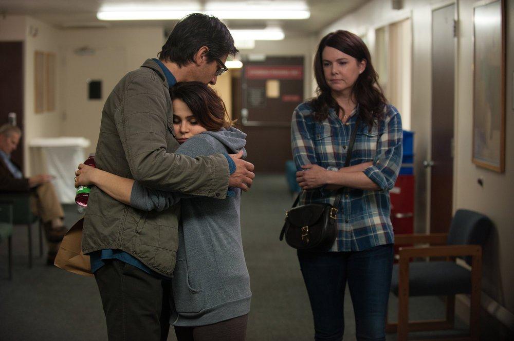 Ray Romano, Mae Whitman, and Lauren Graham act in Parenthood.