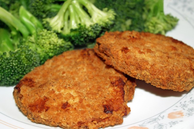 A plate of chicken patties and broccoli.