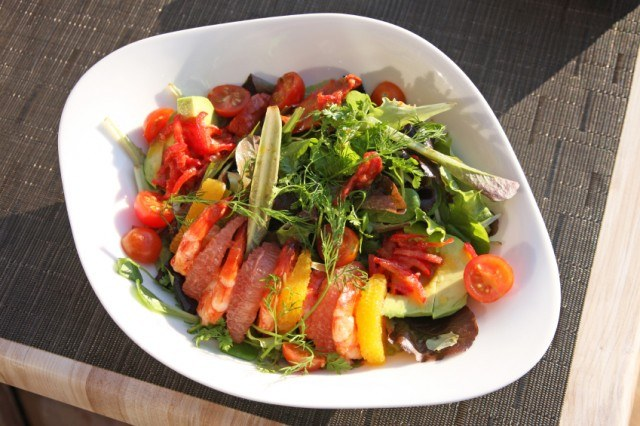 Salad with shrimp, avocado, tomatoes and grapefruit.