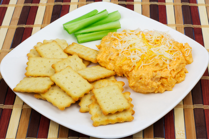 Buffalo chicek dip and crackers