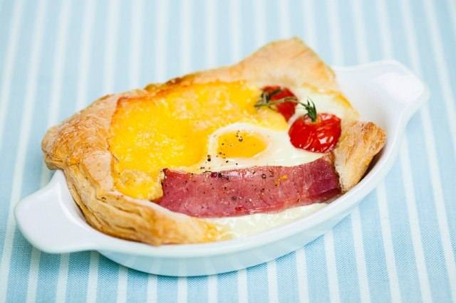Puff-pastry with ham and egg