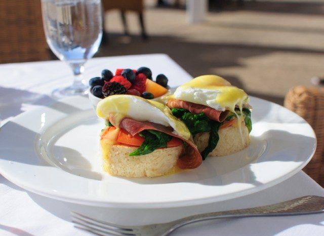 Eggs benedict with fruit
