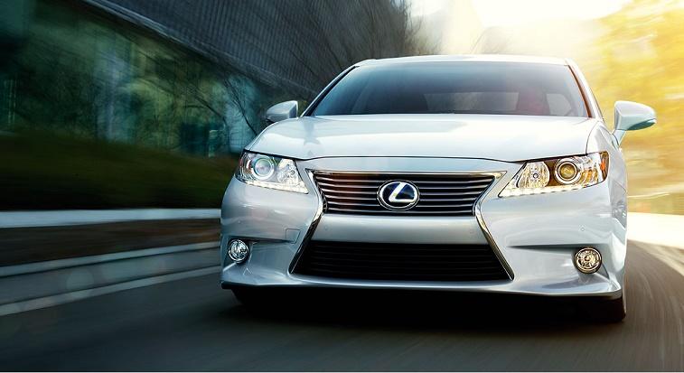 2015-Lexus-ES-hybrid-exterior-front-driving-starfire-pearl-overlay-1204x677-LEXESHMY140022