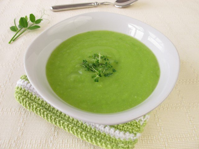 Pea soup with chia sprouts