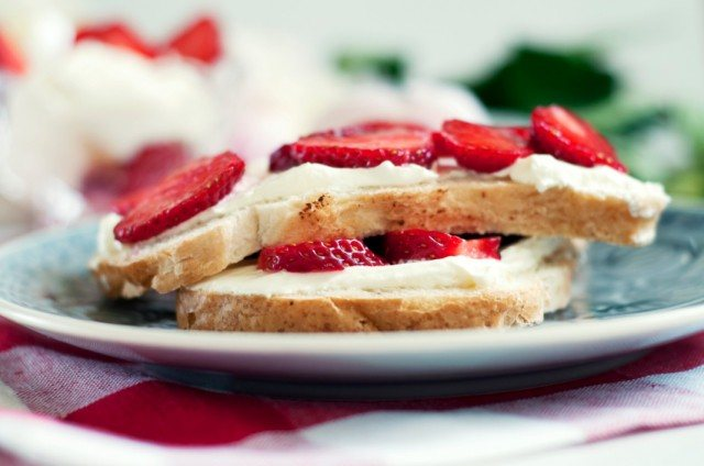 strawberry and cream cheese sandwich