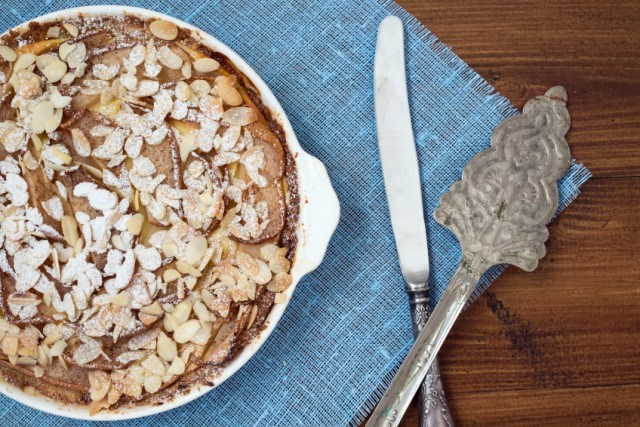 Tart with pear and almond