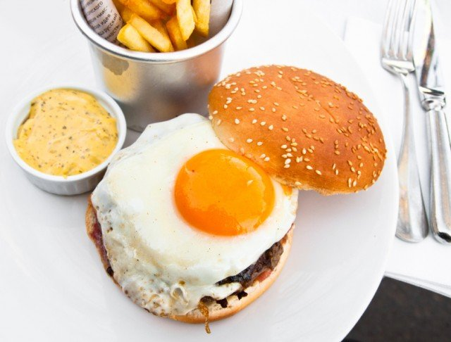 Hamburger, fried egg