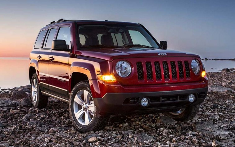 Front three-quarter view of Jeep Patriot from passenger side circa 2015