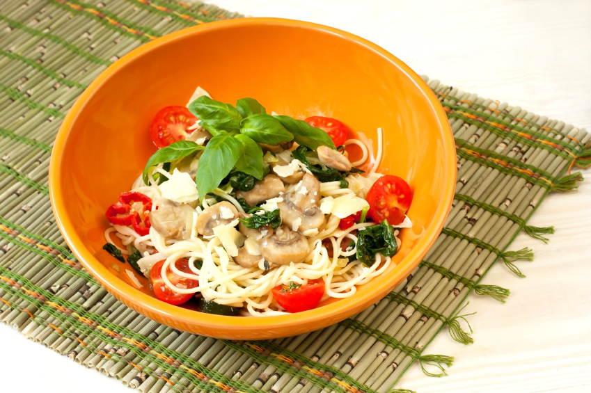 spaghetti with spinach, tomatoes, and mushrooms