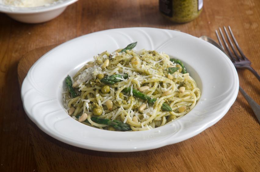 Pesto pasta, spaghetti with peas and asparagus