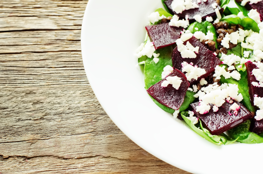 salad with beets, spinach and goat cheese