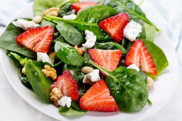 spinach salad with strawberry, goat cheese, nuts