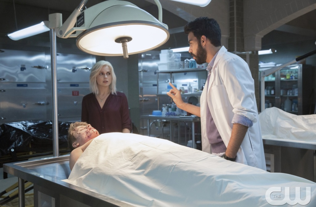 Rose McIver talks to a man while standing next to a corpse in iZombie