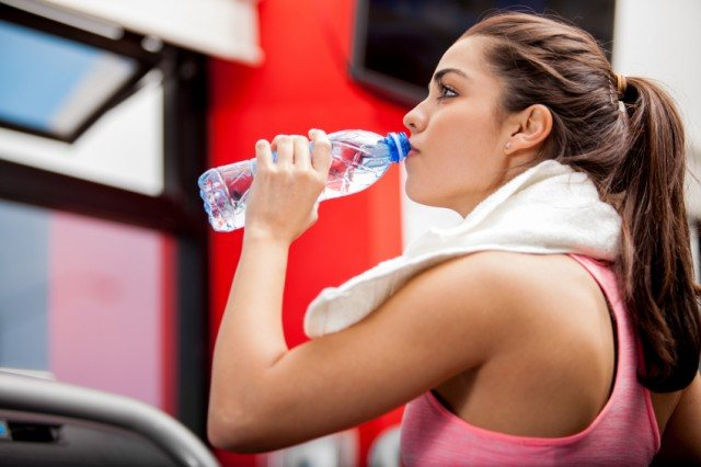 Woman working out at the gym | iStock.com