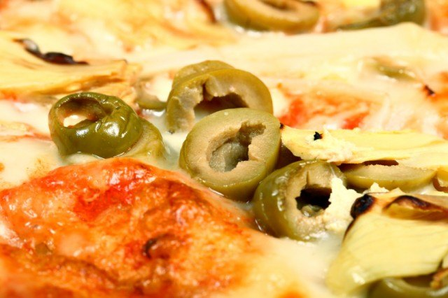 pizza, olives, artichokes