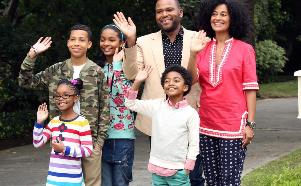 Anthony Anderson, Tracee Ellis Ross, and four kids wave in a scene from Black-ish