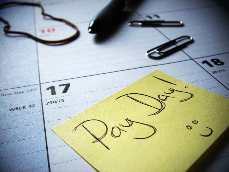 a pay day post it note on a calendar