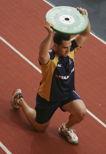 eorge Smith of the Wallabies performs lunges during a strength and conditioning session during a Wallabies World Cup training camp at the Australian Institute of Sport January 4, 2007 in Canberra, Australia. (Photo by Cameron Spencer/Getty Images)