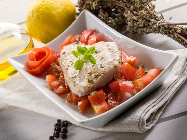 Tuna steak with fresh herbs and tomatoes