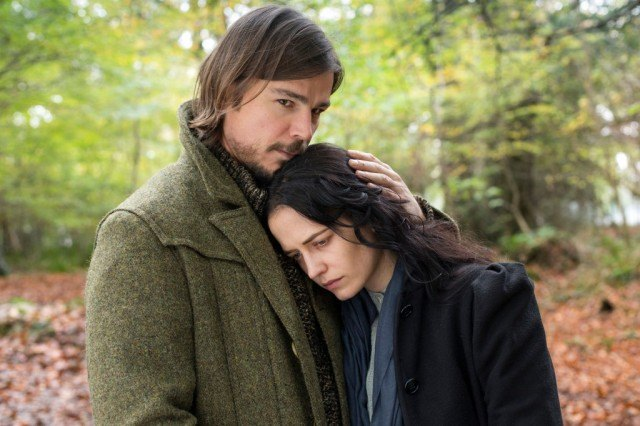 Josh Hartnett and Eva Green stand together in a scene from Penny Dreadful