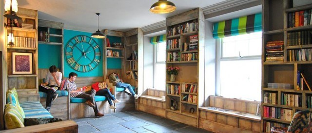Plas Curig Hostel lounge area and library